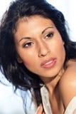 La bella donna dei capelli neri sembra di destra immagine stock