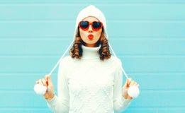 La bella donna del ritratto nel bianco ha tricottato il maglione, cappello fotografia stock