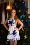 La bella donna dentro veste l'albero di Natale Fotografie Stock