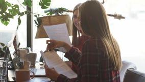 La bella donna di affari della società discute il contratto nel caffè archivi video