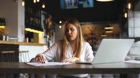 La bella donna di affari firma i documenti ed ascoltare la musica sulle cuffie video d archivio