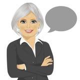 La bella donna di affari senior con le armi ha attraversato la condizione accanto al fumetto in bianco grigio royalty illustrazione gratis