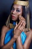 La bella donna di colore dalla carnagione scura della ragazza nell'immagine della regina egiziana con trucco luminoso delle labbr Fotografia Stock