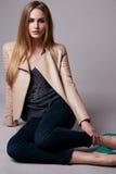 La bella donna di modello sexy in abbigliamento casual cataloga la raccolta Immagini Stock Libere da Diritti