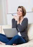 La bella donna fa gli acquisti attraverso Internet Fotografia Stock Libera da Diritti