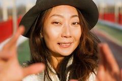 La bella donna fa un selfie su un ponte nell'inverno in Europa immagini stock
