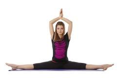 La bella donna favorita pratica l'yoga alla macchina fotografica fotografia stock
