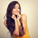 La bella donna felice emozionante in camicia gialla ed i capelli lunghi suonano Immagine Stock