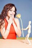 La bella donna felice ha ricevuto il fiore del tulipano dal ragazzo astratto Immagini Stock