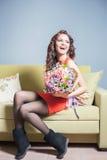 La bella donna felice ha ricevuto un mazzo del fiore dei tulipani Immagini Stock