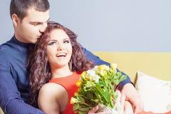 La bella donna felice ha ricevuto un mazzo del fiore delle rose Fotografie Stock Libere da Diritti