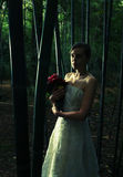 La bella donna in foresta di bambù, attraversa elaborato fotografia stock