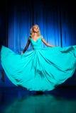 La bella donna gradisce una principessa nel palazzo Ricchi lussuosi fa Fotografia Stock Libera da Diritti