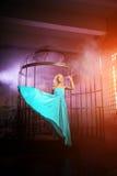 La bella donna gradisce una principessa nel palazzo Ricchi lussuosi fa Fotografie Stock