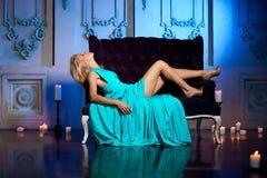 La bella donna gradisce una principessa nel palazzo Ricchi lussuosi fa Immagini Stock Libere da Diritti