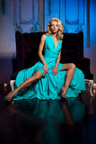 La bella donna gradisce una principessa nel palazzo Ricchi lussuosi fa Immagine Stock