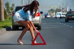 La bella donna ha problema con l'automobile Immagine Stock