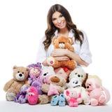 Bella donna incinta felice con i giocattoli della peluche Fotografia Stock Libera da Diritti