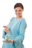 La bella donna incinta si leva in piedi in un vestito blu Fotografie Stock