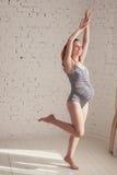 La bella donna incinta sta facendo gli esercizi di mattina Fotografia Stock Libera da Diritti
