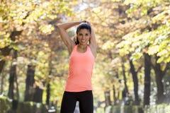 La bella donna ispanica di sport in abiti sportivi che allungano la flessibilità facente felice dopo sorridente del corpo si eser Fotografia Stock Libera da Diritti