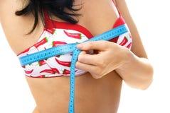La bella donna misura il suo seno Fotografia Stock