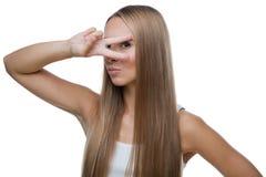 La bella donna mostra il gesto v Fotografia Stock Libera da Diritti