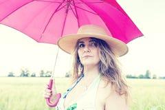 La bella donna mostra una spiga del granoturco Immagine Stock Libera da Diritti