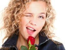 La bella donna nel colore rosso romantico del ritratto è aumentato Fotografie Stock