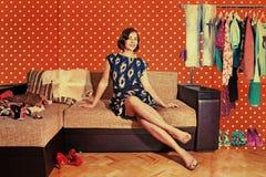 La bella donna nella retro stanza con modo copre Immagini Stock
