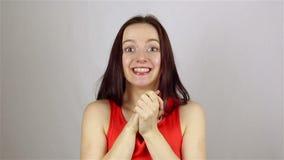 La bella donna ottiene la scossa su fondo bianco video d archivio