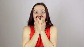 La bella donna ottiene la scossa su fondo bianco archivi video