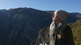 La bella donna prende un sunbath nelle montagne Goda della luce solare e del riposo video d archivio