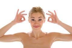 La bella donna pulisce i bastoni wadded orecchie Fotografie Stock