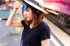 La bella donna ritiene così calda e stanca nella stagione estiva ATT fotografie stock libere da diritti