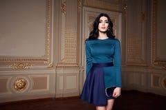 La bella donna sexy nella raccolta alla moda di autunno del vestito elegante di trucco castana lungo dei capelli della molla ha a Fotografie Stock Libere da Diritti
