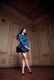 La bella donna sexy nella raccolta alla moda di autunno del vestito elegante di trucco castana lungo dei capelli della molla ha a Fotografia Stock