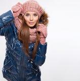 La bella donna si è vestita per l'inverno isolata su fondo bianco fotografia stock libera da diritti
