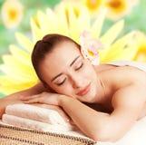 La bella donna si rilassa in stazione termale Fotografia Stock Libera da Diritti