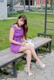 la bella donna si siede in una sosta su un banco Fotografia Stock
