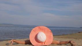 La bella donna si trova sulla spiaggia video d archivio