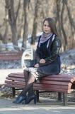 La bella donna sorride nel parco Fotografie Stock