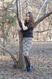 La bella donna sorride nel parco Fotografia Stock Libera da Diritti