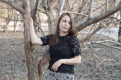 La bella donna sorride nel parco Fotografia Stock