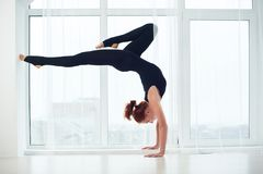 La bella donna sportiva degli Yogi di misura pratica il asana Bhuja Vrischikasana - posa di verticale di yoga di verticale dello  fotografie stock