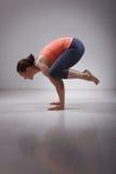 La bella donna sportiva di yogini di misura pratica l'yoga immagine stock