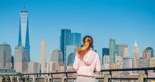 La bella donna sta camminando nel giorno soleggiato a New York fotografie stock