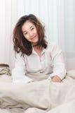 La bella donna sveglia di mattina ritenere fresca Fotografia Stock