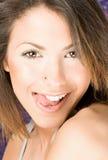 La bella donna tocca il suo orlo alto dalla linguetta Fotografia Stock