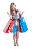 La bella e donna attraente con lo sguardo dei sacchetti della spesa eccita immagini stock libere da diritti